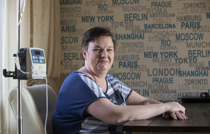 Monique Jans thuis aan het infuus vanwege een auto-immuunziekte. Via Soweco vond ze de weg terug naar regulier werk.