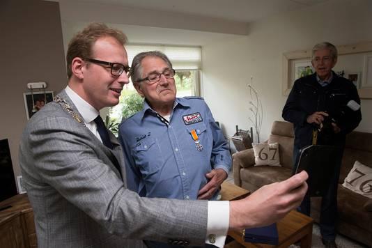 Marc Boumans maakt een selfie met Frans Robben.