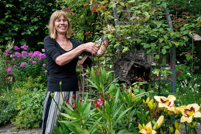 Hanny van Santvoort heeft een grote tuin, met veel hoekjes en leuke plekjes. Ideaal dus om die beschikbaar te stellen aan anderen. Foto: Marc Bolsius.