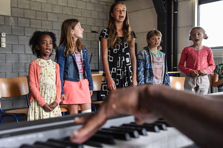 De kinderen tonen hun zangkunsten tijdens de auditie in De Pit.