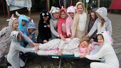 Leraars in spe, meesters, juffen én leerlingen in pyjama naar school