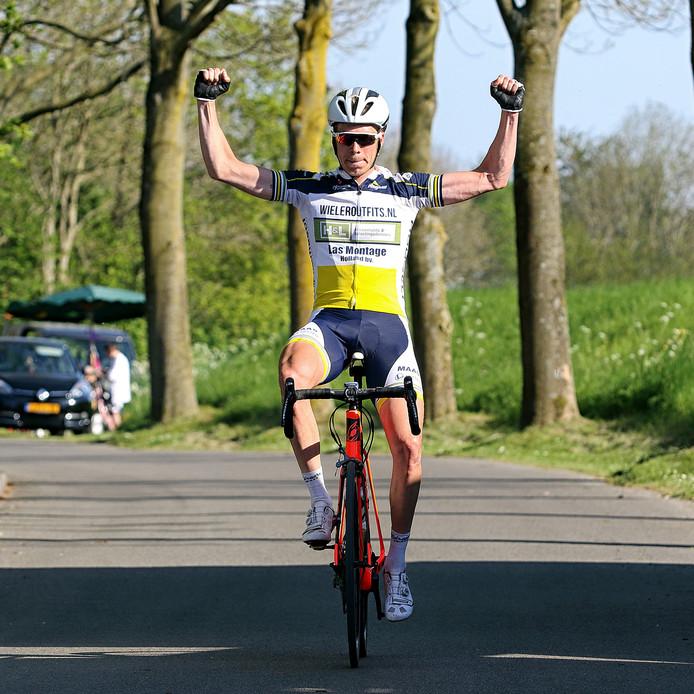 Ronan van Zandbeek komt juichend over de streep in Nieuw-Vossemeer