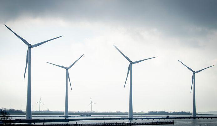 De windmolens van het windpark Krammer in Zeeland. Nederlandse consumenten hebben steeds meer interesse in duurzame energie van eigen bodem.