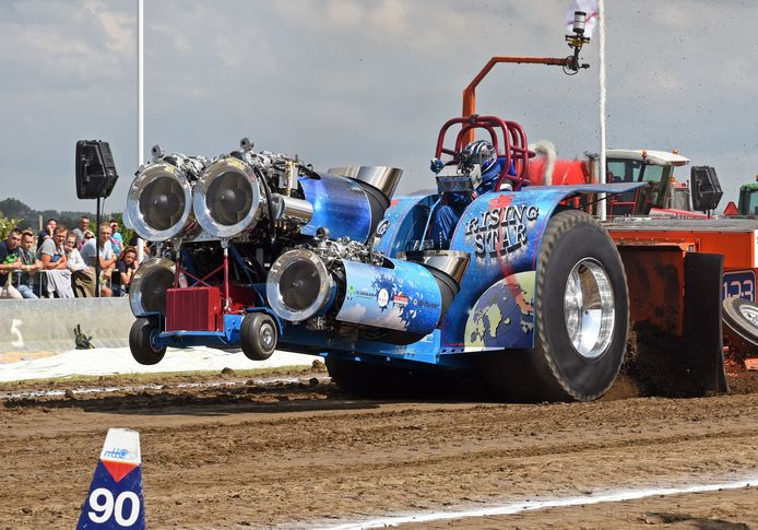 Piloot Jaap Bosmanin zijn Rising Star, trekt de sleepwagen 105 meter en wordt daarmee winnaar van de voorronde.