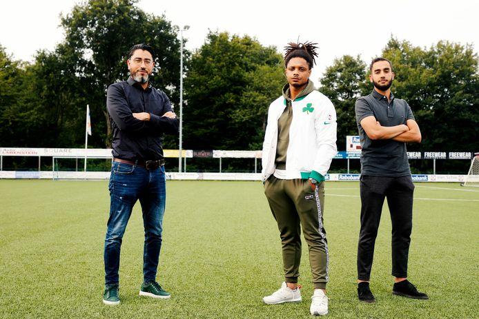 Azzadine Harchaoui, Tyrone Fonville en Redouan Boussoufi  (van links naar rechts) op het veld van FC De Bilt.