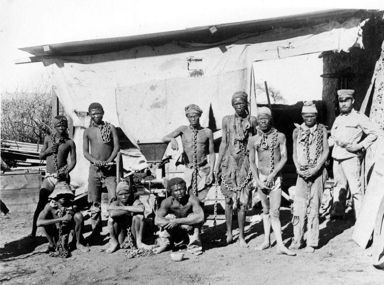 Een groep Herero mannen, gevangen genomen tijdens de opstand tegen de Duitsers. Beeld anp