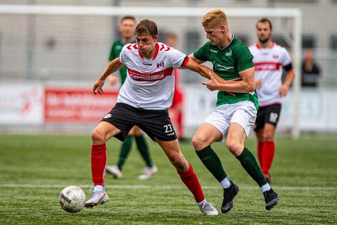 Bas Wobbes (l) van Hoogland in actie tegen HSC'21, in september dit jaar. Volgens voorzitter Nico Terschegget van Hoogland is het volledig uitspelen van de competitie niet verantwoord.