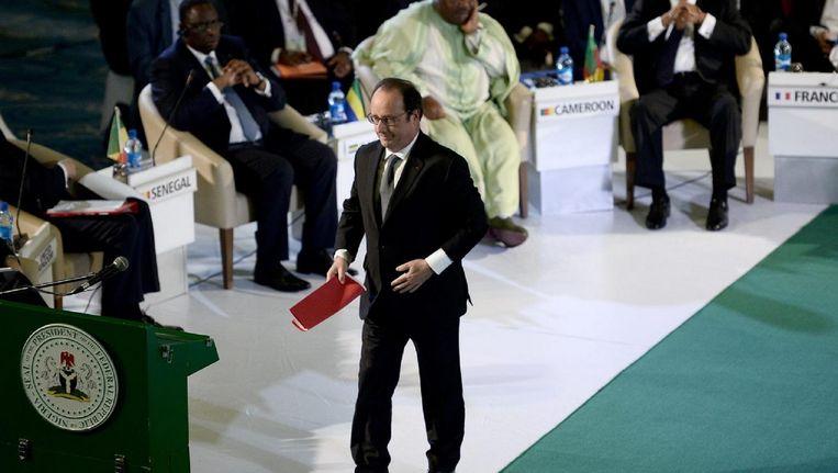 De Franse president Hollande loopt zaterdag in Abuja naar het podium om zijn toespraak te houden.