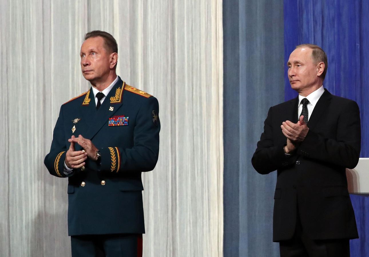 De Russische president Vladimir Poetin met Viktor Solotov (Archiefbeeld).