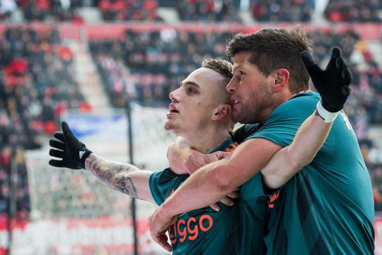 Noa Lang viert zijn hattrick met Klaas Jan Huntelaar tijdens de wedstrijd tegen FC Twente in de Grolsch Veste. Ajax kwam na een achterstand van 2-0 terug op 2-5.  Beeld ANP Sport