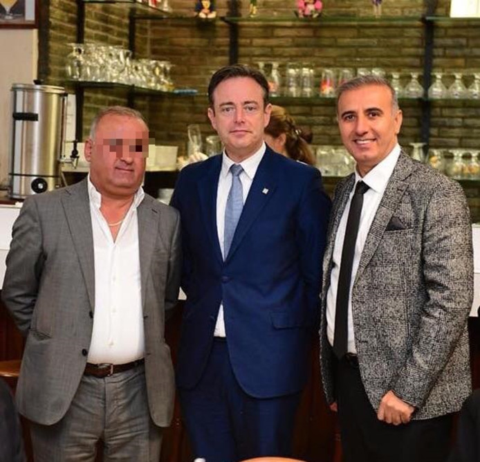 Zakenman Sahin Y. links met burgemeester De Wever en N-VA politicus Melikan Kucam.