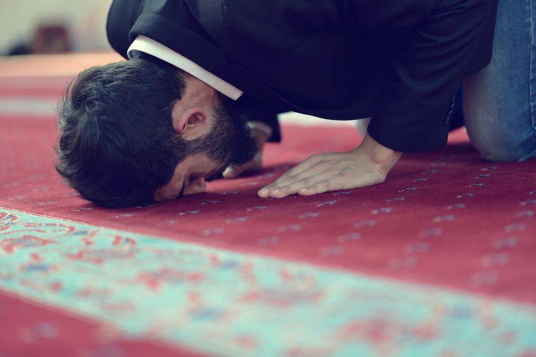Een moslim bidt in een moskee.