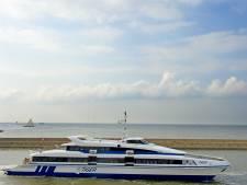 Brand op aan wal liggende veerboot, iedereen veilig van boord in Vlieland