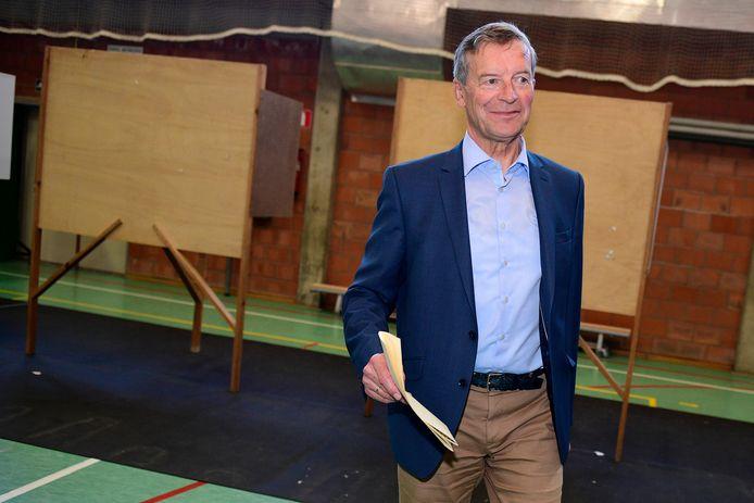 Johan Sauwens brengt zijn stem uit. Hij behoudt met Trots op Bilzen (33,8 procent) zijn 12 zetels.