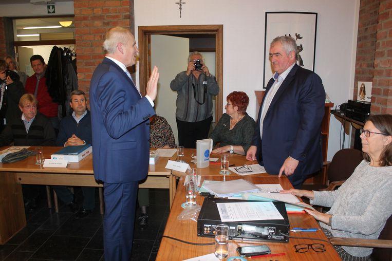Schepen Rudi Seghers legt de eed af in handen van burgemeester Eddy Timmermans.
