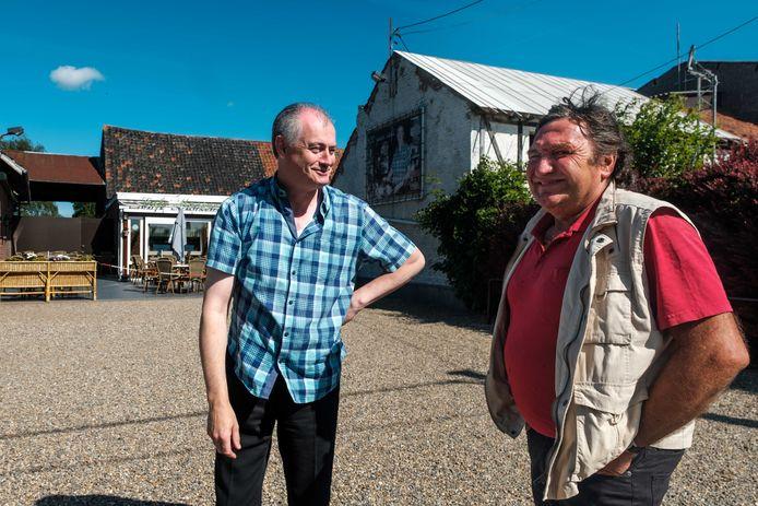 Rudi en Jo, voor café Maasvallei, dat Rudi al meer dan veertig jaar uitbaat.