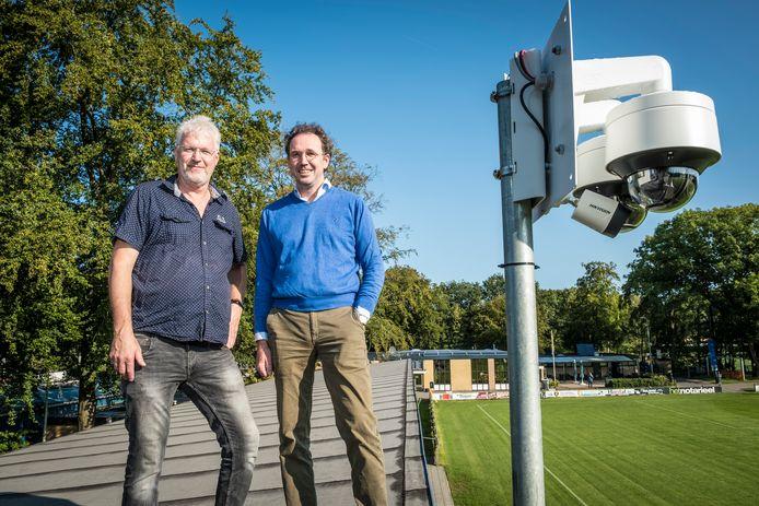 Anne Besseler van VV Hattem - rechts, naast collega-bestuurslid Arjen Noordberger - betreurt de impasse die is ontstaan nu er onderzoek wordt gedaan naar de verwerking van persoonsgegevens bij VoetbalTV.
