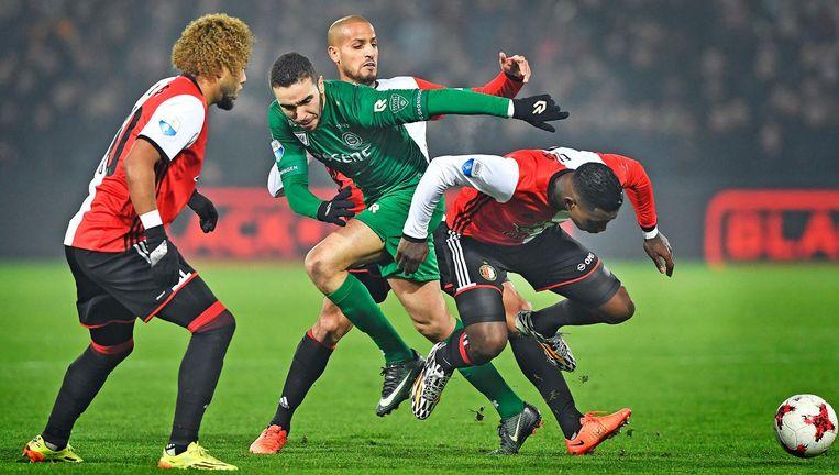 Drie Feyenoorders houden Mimoun Mahi in bedwang. Hij was veruit de gevaarlijkste man van Groningen. Beeld Guus Dubbelman / de Volkskrant
