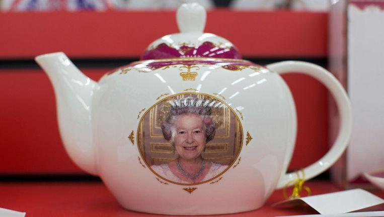 Queen Elizabeth afgebeeld op een theepot. Beeld afp