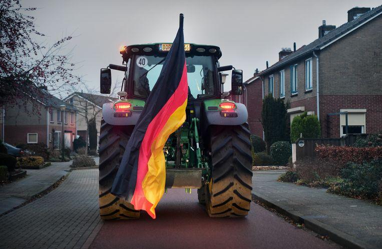 Een Duitse boer rijdt door de Achterhoek. Beeld Marcel van den Bergh