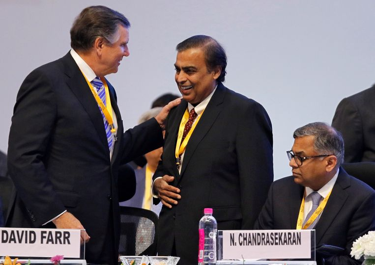 Mukesh Ambani, rechtstaand rechts.