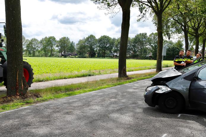 Een auto is op een boom gebotst op de Quayweg in Landhorst.