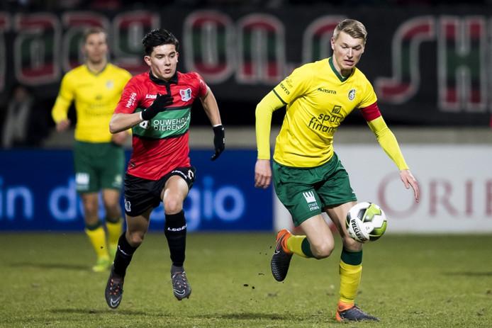 NEC-speler Ferdi Kadioglujaagt op de bal, samen met Fortuna Sittard-speler Perr Schuurs.
