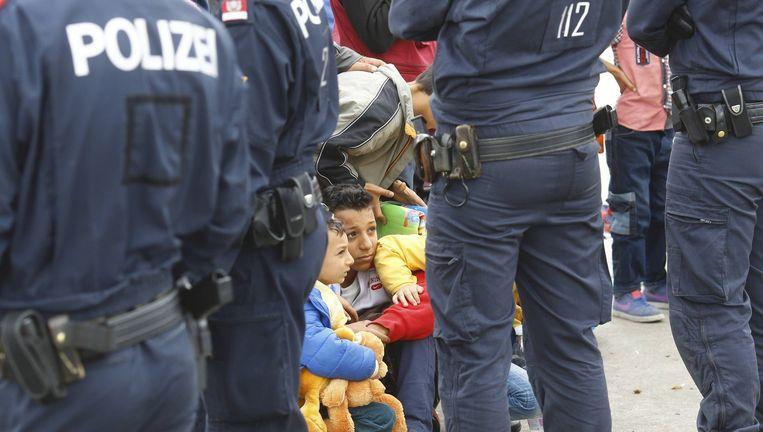 Migranten wachten tot ze aan boord mogen van een bus in Nickelsdorf in Oostenrijk. Beeld reuters