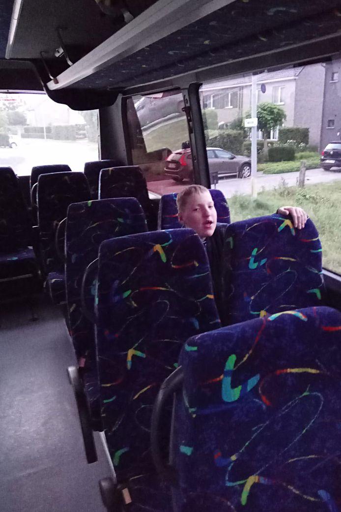 Warre zit elke dag vier uur op de bus. Hartverscheurend vindt zijn mama dat.