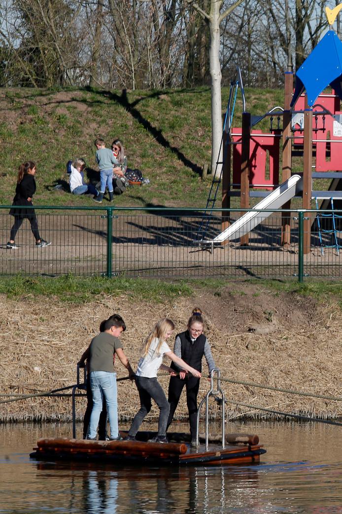Nu het langzamerhand wat mooier weer wordt, maakt de jeugd dankbaar gebruik van de nieuwe speeltuin met trekvlot.