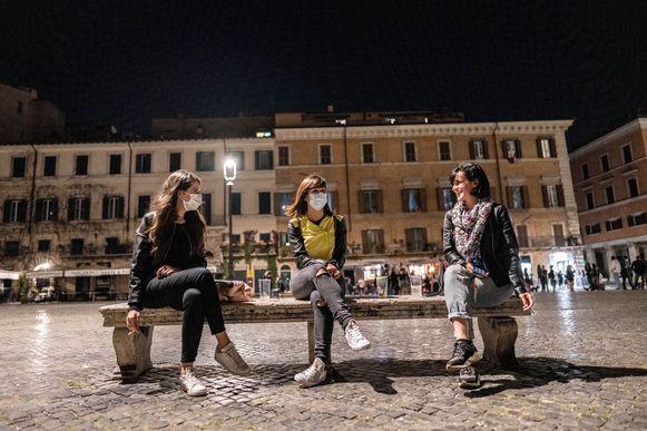 Jonge mensen met mondmaskers op Piazza Navona in Rome.