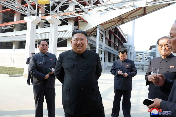Een lachende Kim Jong-un bij de fabriek.