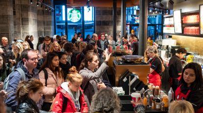 Honderden pendelaars overrompelen Starbucks voor gratis koffie