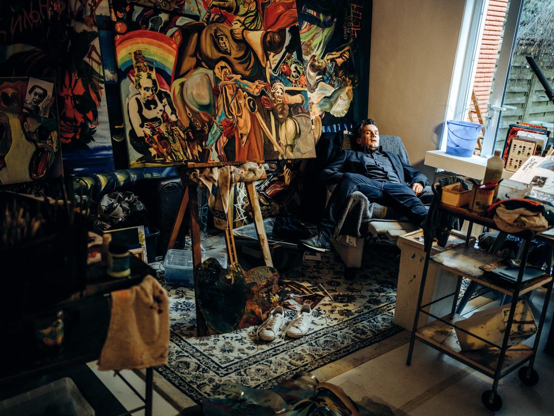 Andrej Babenko in zijn studio tussen de schilderwerken. 'Ze gaan over mijn leven zoals het was, vroeger, in Oekraïne. Punk en propaganda, drank, drugs en vrouwen.'