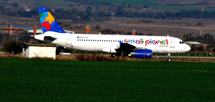 Een vliegtuig van Small Planet Airlines