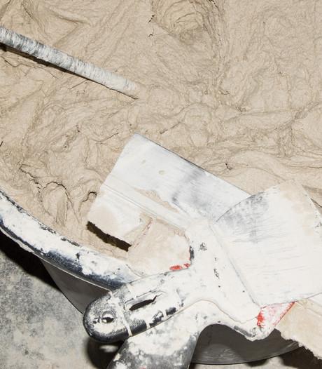 Vrouw stopt baby's in emmers met cement