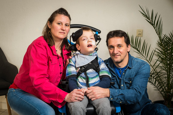 Andrea en Attila Leicher willen graag een rolstoelbus voor hun zoon Chris.