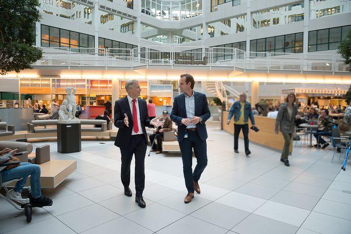 Bestuursvoorzitter Wim van Harten (links) in de centrale hal.