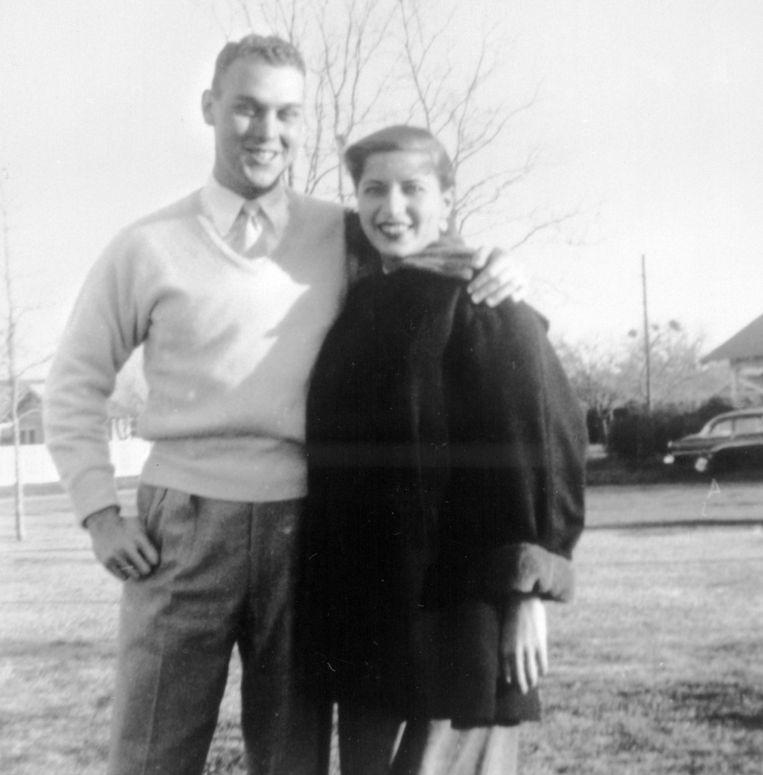 Ruth Bader Ginsburg in haar jonge jaren met haar echtgenoot Martin Ginsburg die toen nog nog in het Amerikaanse leger dienst deed. Beeld AP