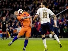 Sneijder hijgt Van der Sar in de nek
