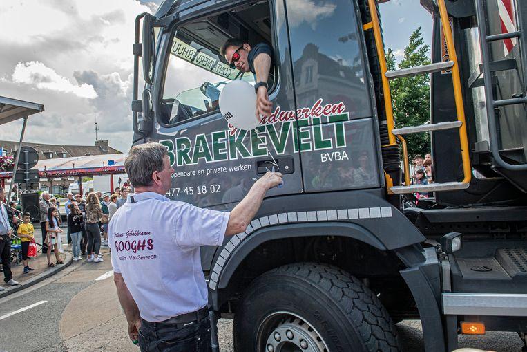 Johnny Wastijn knipt een ballon door aan een van de vrachtwagens van Braekevelt.