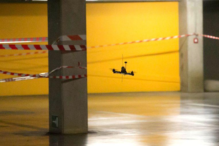 De drones zoeven door de afgesloten ondergrondse parking.