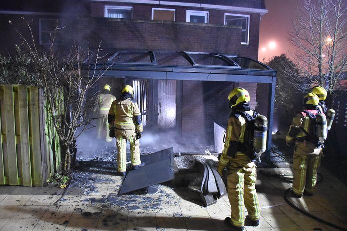 Brand geweest in de tuin van een woning aan de #WillemvanNieuwenhuizenlaan in #DenHaag. Serre en deuren zijn zwaar beschadigd.