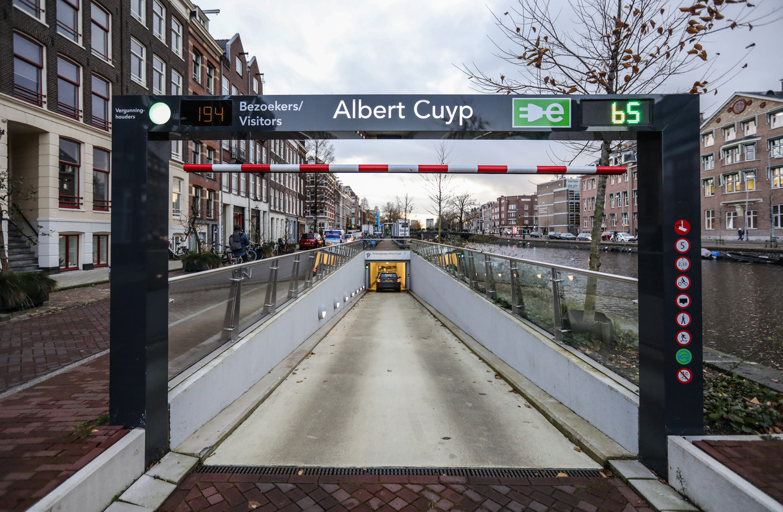 Het interieur van de Albert Cuypgarage aan de Ruysdaelkade.