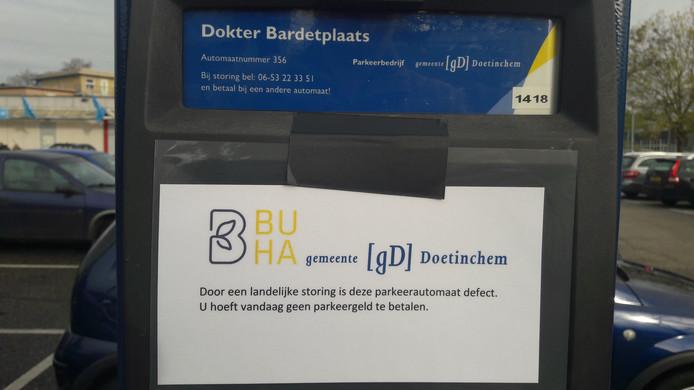 Op de parkeerautomaten in Doetinchem zit dinsdag een briefje met de mededeling dat mensen vanwege een landelijke storing geen kaartje hoeven te kopen.