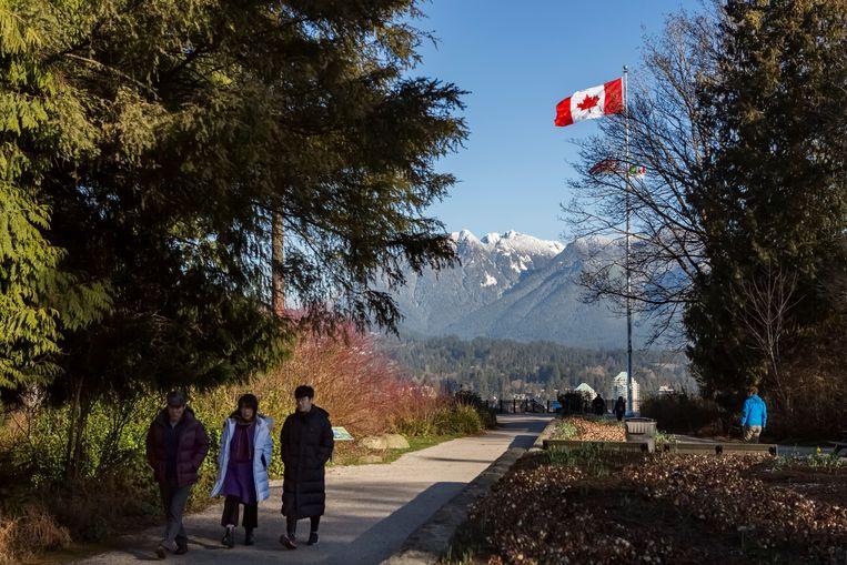 Een Chinees gezin bij een uitzichtpunt in het Stanley Park in Vancouver.  Beeld Julius Schrank