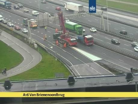 Aggregaat valt op auto: lange file op A16 richting Rotterdam