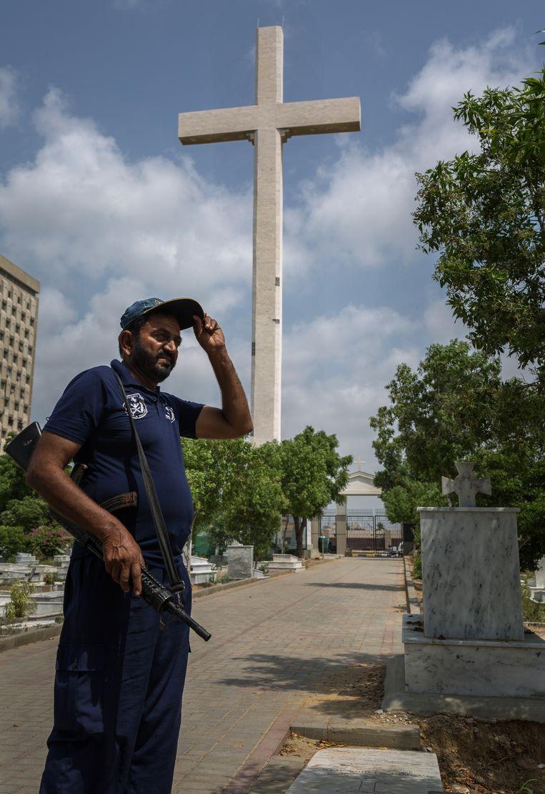 Een bewaker van het kruis in Karachi.  Beeld Asim Hafeez