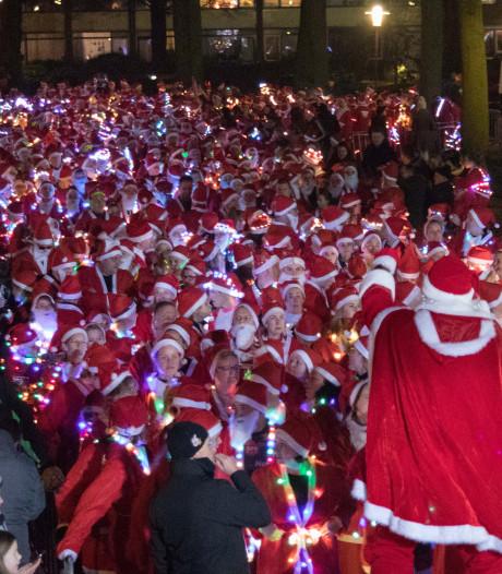 Honderden kerstmannen hollen door Vriezenveen