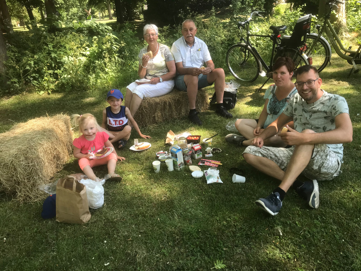Boerenpicknick Drie generaties Westra genieten van de picknick in het parkje in Well